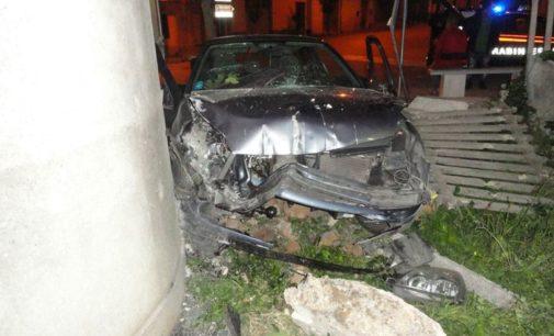 Guida ubriaco e finisce contro il muro della stazione, illeso