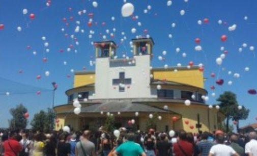Palloncini colorati ai funerali di Domenico e Andrea a Vasto