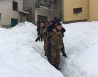 Neve: bersaglieri soccorrono a spalla anziani a Cermignano