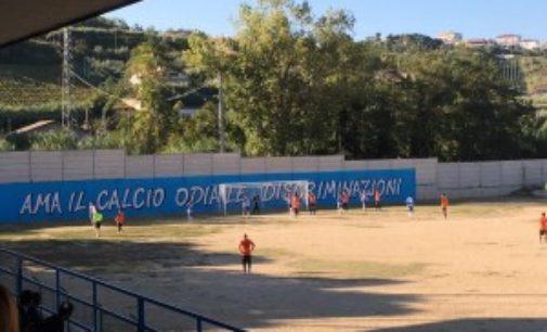 """San Vito: """"Tornatene col gommone"""" a calciatore in campo"""