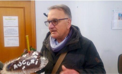 """<div class=""""dashicons dashicons-camera""""></div>Pratica ferma da un anno, porta la """"torta di compleanno"""" in municipio a sindaco e dirigente: imprenditore attende l'Ok per una centrale idroelettrica"""