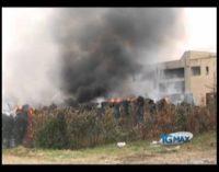 Incendio rifiuti, vigili del fuoco al lavoro da 36 ore