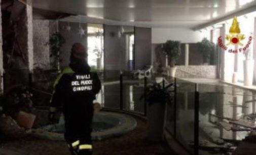 Ricerche senza sosta all'hotel Rigopiano: due morti e trenta dispersi