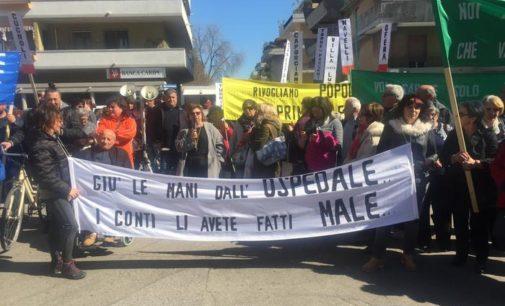 """<div class=""""dashicons dashicons-camera""""></div>Manifestazione contro il declassamento dell'ospedale di Popoli, in 300 davanti alla Asl di Pescara con fischietti e striscioni"""