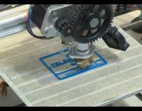 """<div class=""""dashicons dashicons-video-alt3""""></div>Gli studenti del Da Vinci realizzano il logo di Telemax con la stampante 3D"""