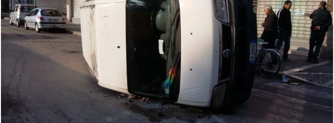 """<div class=""""dashicons dashicons-camera""""></div>Incidente stradale provoca due feriti a Pescara, compattatore Attiva si scontra con furgone che si ribalta"""