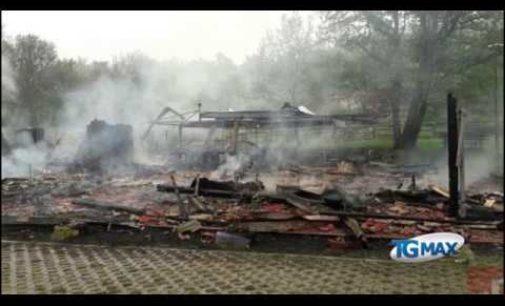 """<div class=""""dashicons dashicons-video-alt3""""></div>Incendio nella notte a Monte Pallano distrugge centro turistico, c'è chi sospetta il dolo"""