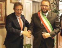 """<div class=""""dashicons dashicons-video-alt3""""></div>Pierluigi Biondi è formalmente il nuovo sindaco dell'Aquila, Cialente passa le consegne e la fascia tricolore"""