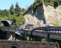 """<div class=""""dashicons dashicons-video-alt3""""></div>Camion sfonda guardrail e resta in bilico sul viadotto, conducente ferito"""