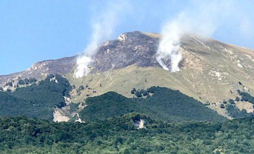 """<div class=""""dashicons dashicons-camera""""></div>Farindola: ancora fiamme sul monte Siella, versante pescarese del Gran Sasso"""