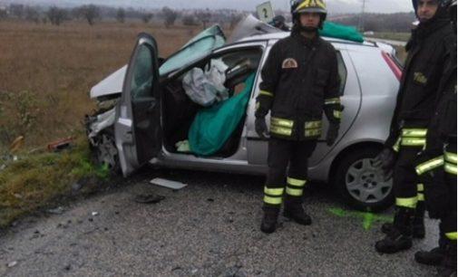 Incidente frontale auto-camion, morta una donna di 58 anni