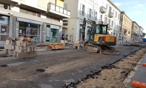 Lanciano: iniziati i lavoro al corso, smantellati i cordoli dei marciapiedi
