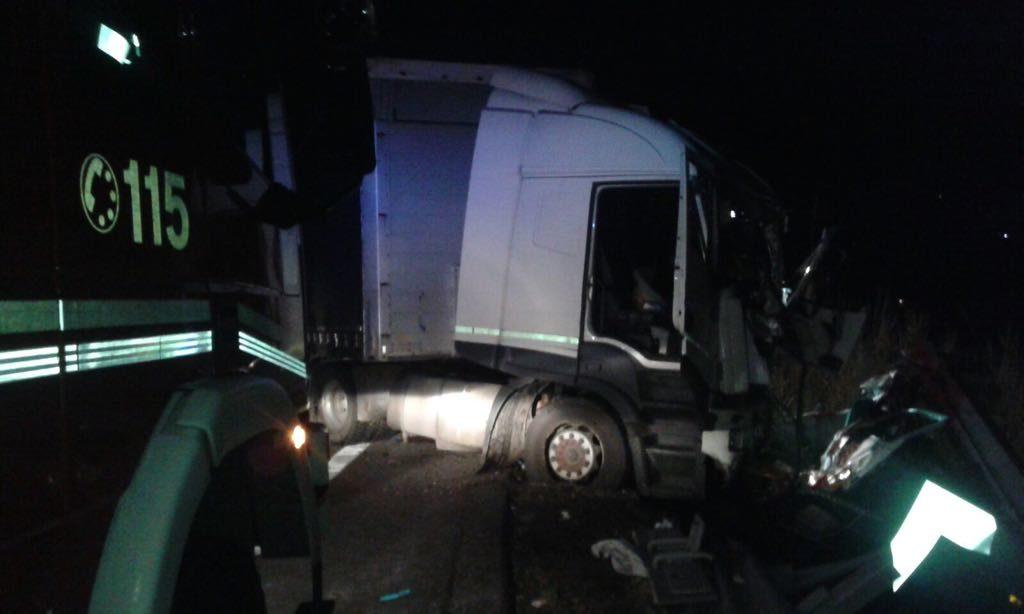 Auto sotto un tir sulla Trignina: due morti e un ferito grave