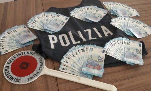 Viaggiavano con mazzette da 20 euro false, denunciati in quattro