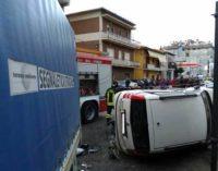 Malore del conducente, furgone travolge auto a Teramo