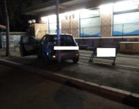 Guida in stato di ebbrezza e sbanda con l'auto contro i pali della luce, patente ritirata