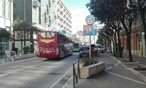 Furgoni e bancarelle aperte in mezzo al Corso, traffico in tilt a Pescara