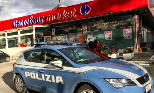 In due rapinano il Carrefour a Sulmona, 300 euro il bottino