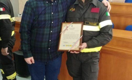 Pineto: salvò automobilista da auto in fiamme, premiato vigile del fuoco