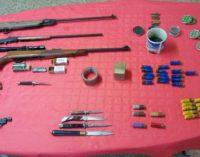 Armato di pistola e coltello, stalker arrestato sotto casa della donna minacciata