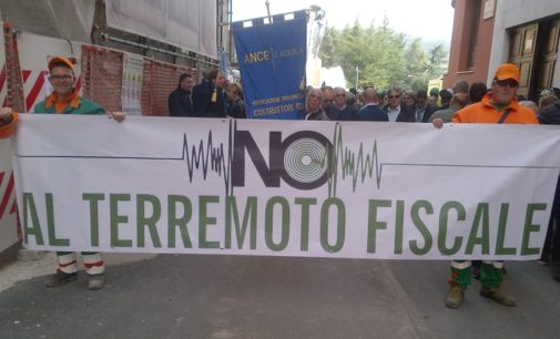 No al terremoto fiscale, L'Aquila manifesta contro la richiesta UE delle tasse al 100 per cento