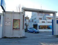 Sulmona: due italiani entrano armati in un centro migranti, un ferito tra urla e caos