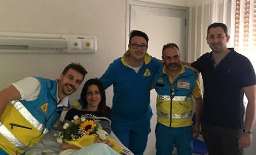 Non fa in tempo ad arrivare in ospedale e partorisce in ambulanza: storia a lieto fine con fiocco azzurro