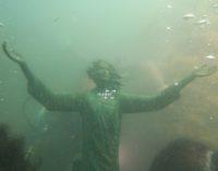 Vallevò: dopo il furto e il ritrovamento, il Cristo degli abissi torna in mare a Rocca San Giovanni