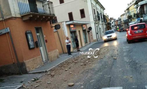 Fossacesia: pietre seminate lungo la provinciale Lanciano-Fossacesia, pericolo per automobilisti e pedoni
