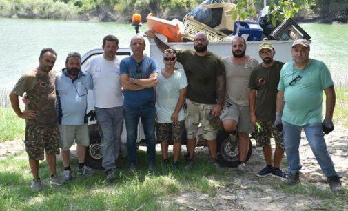 Lago di Bomba, volontari raccolgono rifiuti abbandonati lungo le sponde nel territorio di Villa Santa Maria
