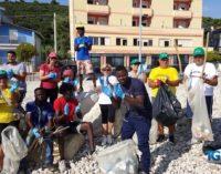 Costa dei trabocchi: migranti puliscono la spiaggia di Torino di Sangro