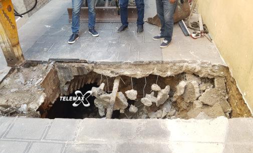 Via Corsea chiusa al traffico: voragine sotto la strada, crollata parete della antica fogna