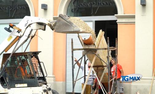 Lanciano: riempita d'urgenza la voragine sotto i negozi, dopo la rottura della condotta d'acqua durante i carotaggi