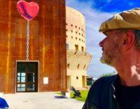 Un cuore rosso su Palazzo Sirena in attesa della Giornata internazionale per i diritti dell'infanzia