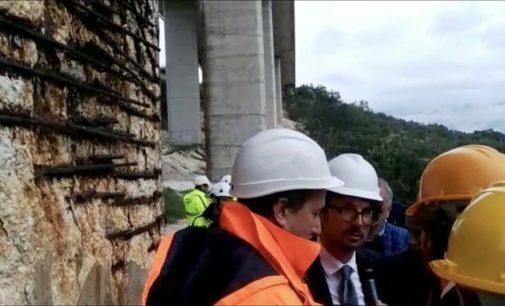 Il ministro Toninelli sotto il viadotto Macchia Maura della A25, rinegozieremo con i concessionari delle autostrade