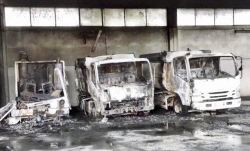 Attentato incendiario al Cogesa, a fuoco quattro mezzi della raccolta rifiuti