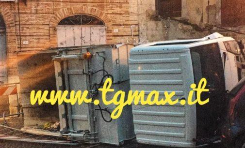 Casoli: mezzo di Ecolan si sfrena e si ribalta in centro storico, nessun ferito