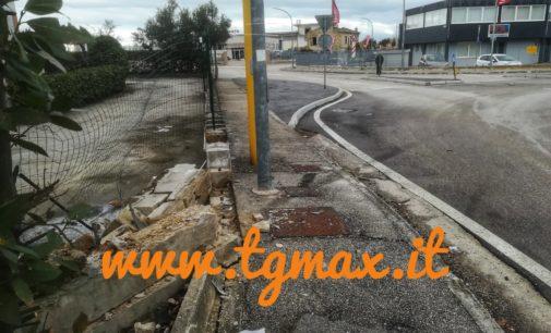 Finisce con l'auto sulla recinzione e fugge: telecamere fuori uso