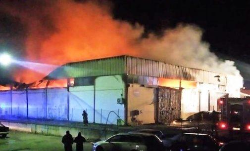 Incendio deposito merci a San Salvo, fiamme domate all'alba