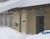 Gamberale: ingresso al seggio elettorale sommerso dalla neve, appello del sindaco Bucci al ministro Salvini per votare a maggio
