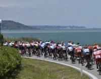 Giro d'Italia in Abruzzo, velocità media alta dopo un'ora di corsa