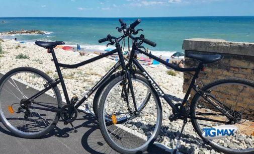 Passeggiando in bicicletta nel cantiere della Via verde, presa d'assalto nei giorni del Ferragosto