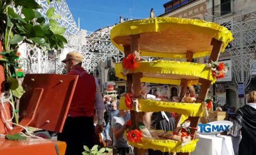 Casoli celebra la patrona Santa Reparata, ricca e colorata la sfilata di donativi e conocchie
