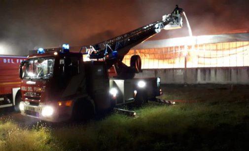 Casacanditella: a fuoco nella notte la fabbrica di tessuti, impianto distrutto