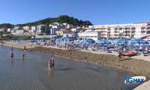 In spiaggia con le mascherine: ecco le linee guida per l'estate al mare, gli ombrelloni a 4,5 metri di distanza