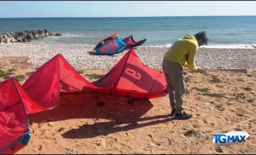 Fossacesia: tornano in mare windsurf e kite, gli sportivi abbracciano il vento