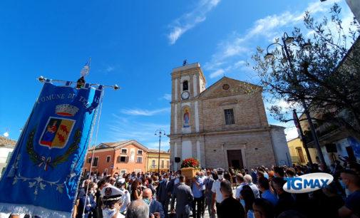 Treglio abbraccia Fabio, il funerale in piazza San Giorgio