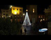 Lanciano: acceso l'albero di Natale ecosostenibile in piazza Plebiscito, è alimentato a energia solare
